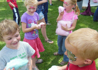 kids-with-cotton-candy